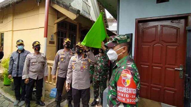 Kapolresta Malang Kota Kombes Pol Leonardus Simarmata menunjukkan bendera zonasi hijau di RW 1 Kelurahan Sukoharjo, Klojen, Kota Malang.