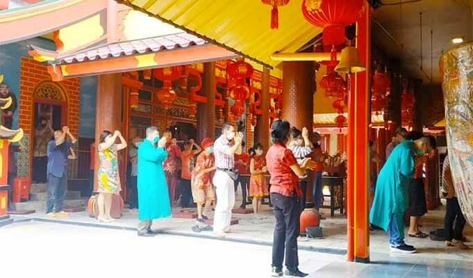 Peribadatan di Klenteng Eng An Kiong, Kota Malang.