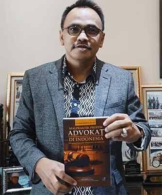 Yayan Riyanto dan bukunya.