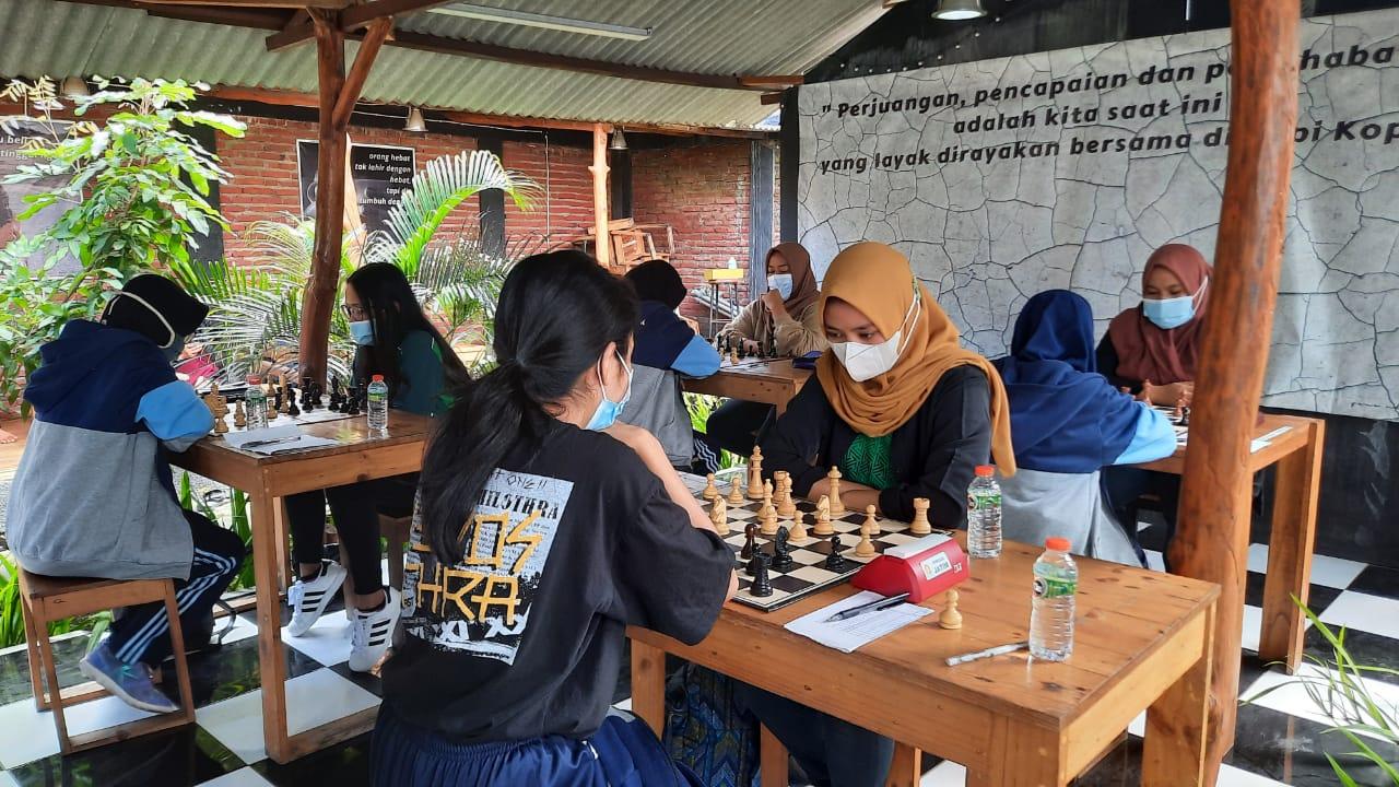 Sejumlah tim atlet Porprov Catur Kota Malang saat laga uji coba melawan tim catur PON Jawa Timur. Foto : Percasi Kota Malang
