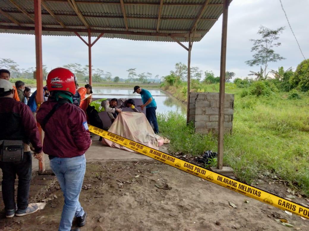 Petugas kepolisian sedang melakukan olah TKP di Pakisaji, Kabupaten Malang. (Rizal/Tugumalang)