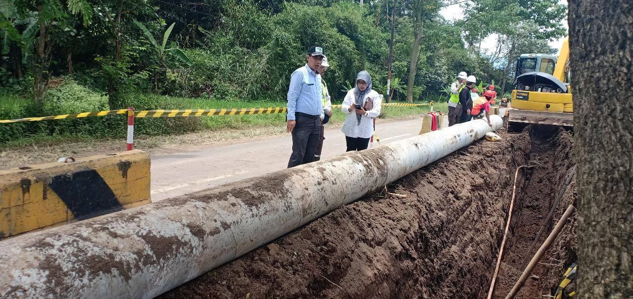 Jajaran direksi Perumda Air Minum Tugu Tirta Kota Malang meninjau perbaikan pipa di Desa Pulungdowo, Tumpang. sebagian foto diambil sebelum masa pandemi COVID-19 (Humas Perumda Air Minum Tugu Tirta Kota Malang)