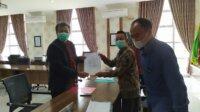 Prof Suhartono saat menyerahkan berkas persyaratan pendaftaran Calon Rektor UIN Maliki Malang periode 2020-2025, Kamis (25/3/2021). Foto : Azmy.