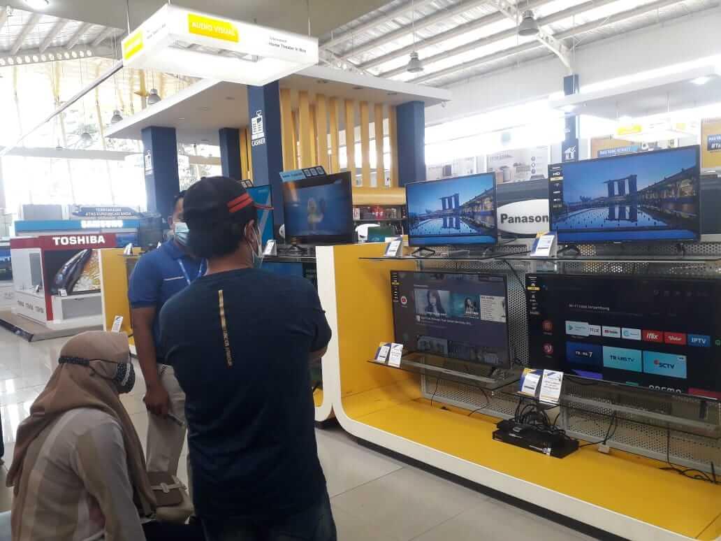 Sejumlah pengunjung di gerai penjualan televisi digital Kota Malang. Foto : Azmy.