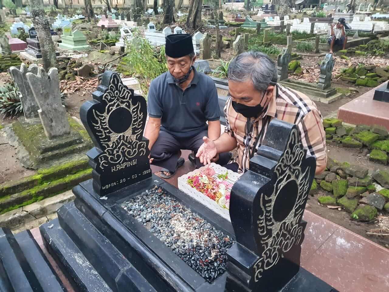Pakar Komunikasi dan Motivator Nasional Dr Aqua Dwipayana didampingi Chudori di makam almarhum Rapingi. (Foto dok)