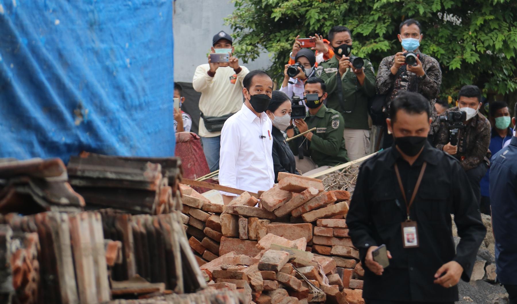 Presiden Jokjowi didampingi Ketua DPR RI, Puan Maharani, saat mengunjungi lokasi gempa di Desa Majangtengah, Dampit, Kabupaten Malang. Foto dok.