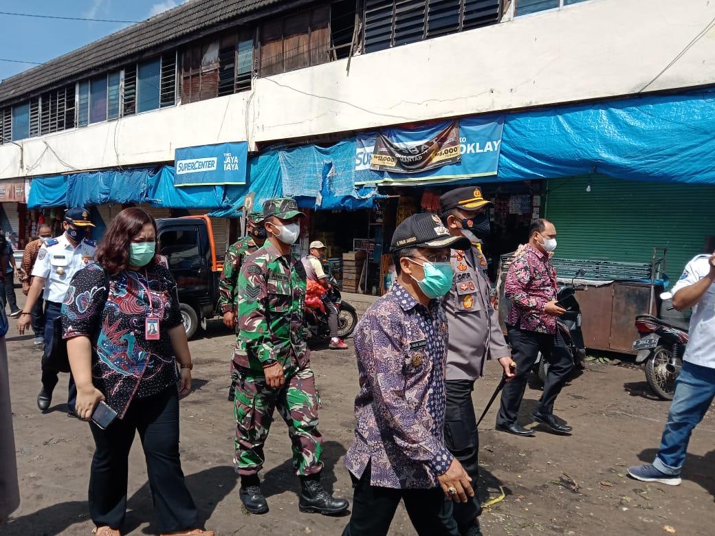 Punjul Santoso, Wakil Wali Kota Batu, usai melakukan sidak di Pasar Besar Kota Batu, Kamis (15/4/2021). Foto: Sholeh/Tugumalang.id