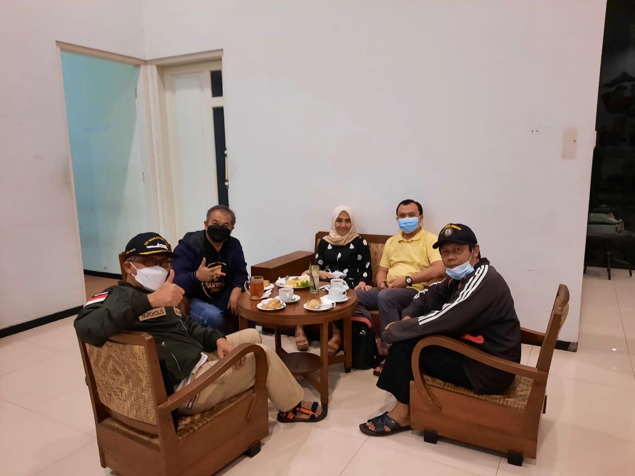 Pakar Komunikasi dan Motivator Nasional, Dr Aqua Dwipayana, bertemu dengan Bupati Cilacap Tatto Suwarto Pamuji. (Foto dok.)