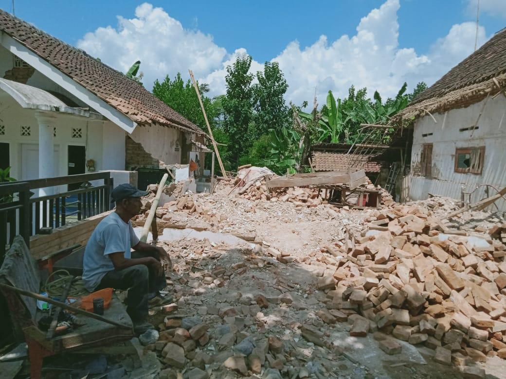 Rumah warga yang dirobohkan karena gempa beberapa hari lalu. (Foto Rizal)