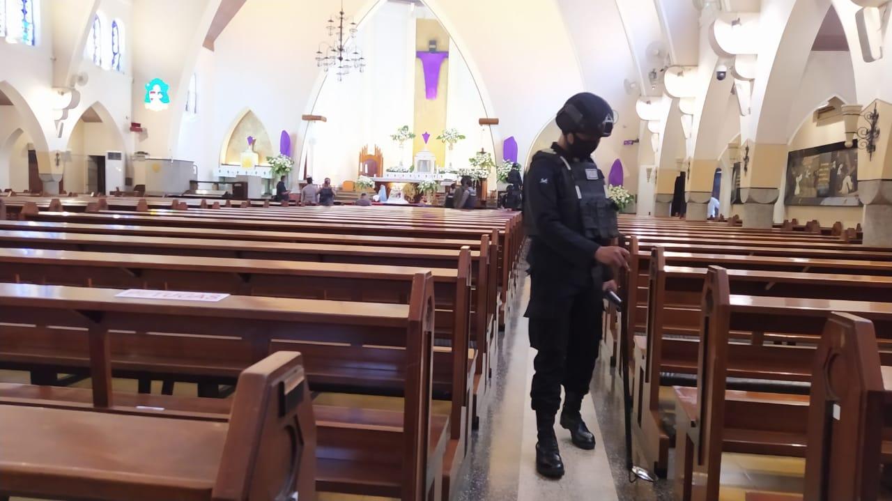 Tim Jihandak Detasemen Gegana Polda Jatim saat melakukan sterilisasi di Gereja Karmel (Katedral Ijen), Kamis (1/4/2021). Foto : Azmy
