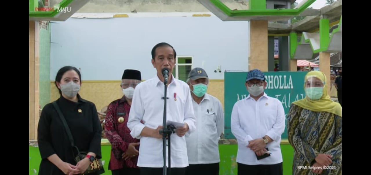 Konferensi pers Presiden Jokowi saat melihat lokasi gempa di Malang. Foto dok.