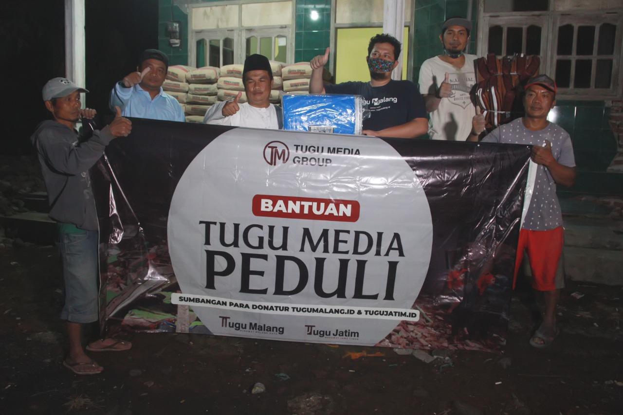 Kades Wirotaman, Ahmad Sholeh, saat menerima bantuan dari Tugu Media Group. (Foto: Rubianto)
