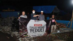 CEO Tugu Media Group, Irham Thoriq menyerahkan bantuan kepada panitia Masjid Raudlatul Muttaqin yang berada di Desa Tamanasri, Kecamatan Ampelgading, Kabupaten Malang. (Foto: Rubianto)