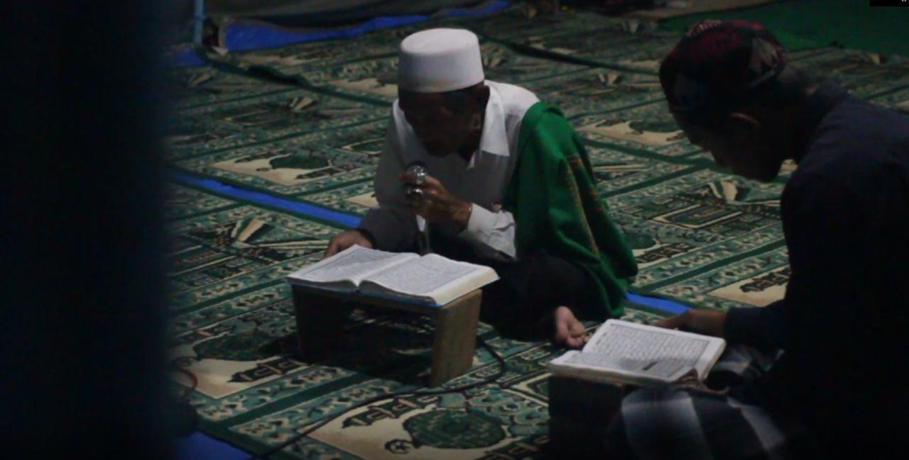 Suasana masyarakat saat membaca Al Quran usai Salat Tarawih. (Foto: Rubianto)
