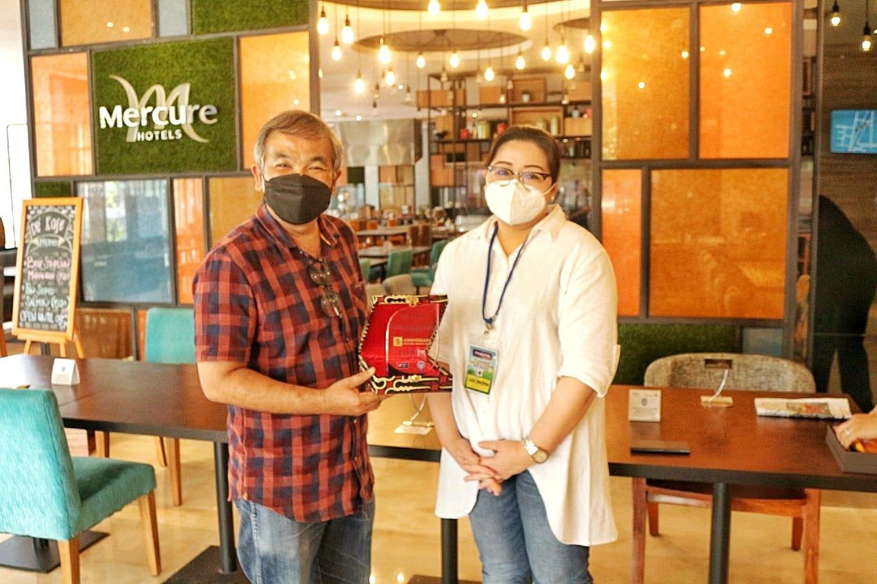 General Manager Hotel Mercure Cikini Jakarta Lisa P Sanjoyo didampingi para stafnya pada Selasa, (6/4/2021) lalu memberikan apresiasi kepada Pakar Komunikasi dan Motivator Nasional Dr Aqua Dwipayana. (Foto dok)