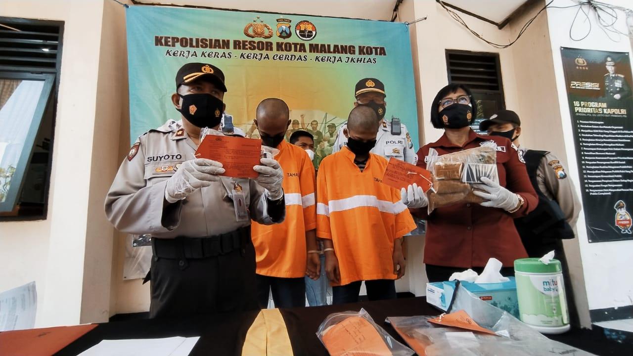 Kapolsek Sukun Kompol Suyoto saat konferensi pers ungkap kasus narkoba di Mapolsek Sukun Kota Malang, Kamis (22/4/2021). Foto/Azmy.