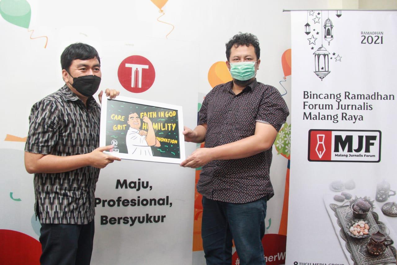 CEO Paragon, Salman SUbakat (kiri) mendapatkan kenang-kenangan dari CEO Tugu Media Group, Irham Thoriq (kanan) dalam acara MJF. (Foto: Rubianto)