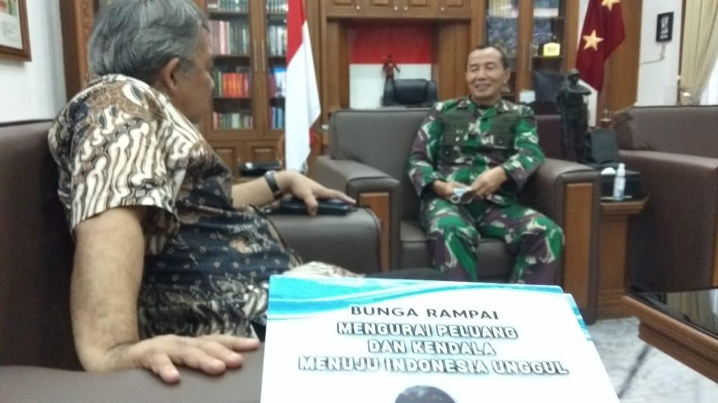Dr Aqua Dwipayana saat bertemu dengan Mayjen Totok Imam di ruangannya. (Foto dok)
