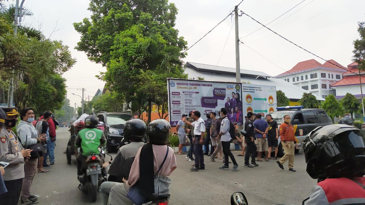 Sejumlah aparat kepolisian dan warga sekitar Jalan Kecubung, Tlogomas Kota Malang berjaga usai aksi bentrok 2 kelompok mahasiswa Papua, Selasa (25/5/2021). Foto/Azmy.