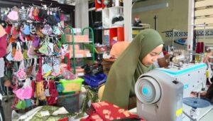 Ilustrasi karyawan perusahaan, karyawan produsen masker di Kota Batu melakukan proses produksi masker