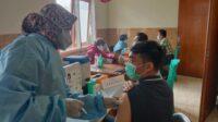 Atlet Kota Batu menjalani vaksinasi di Puskesmas Beji, Kota Batu. Foto: Sholeh.
