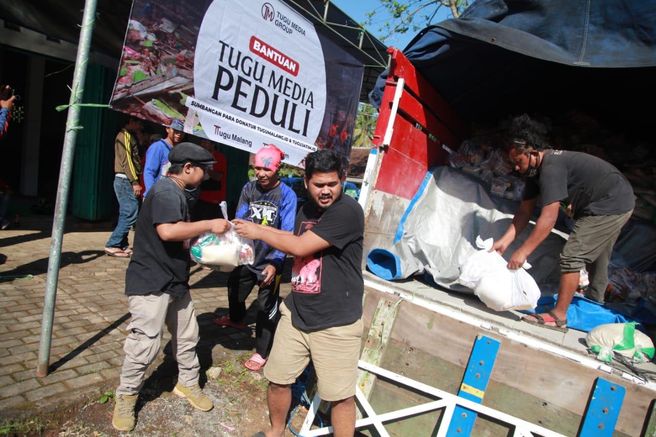Bantuan Tugu Media Group kepada korban gempa Malang. Foto: Rubianto.
