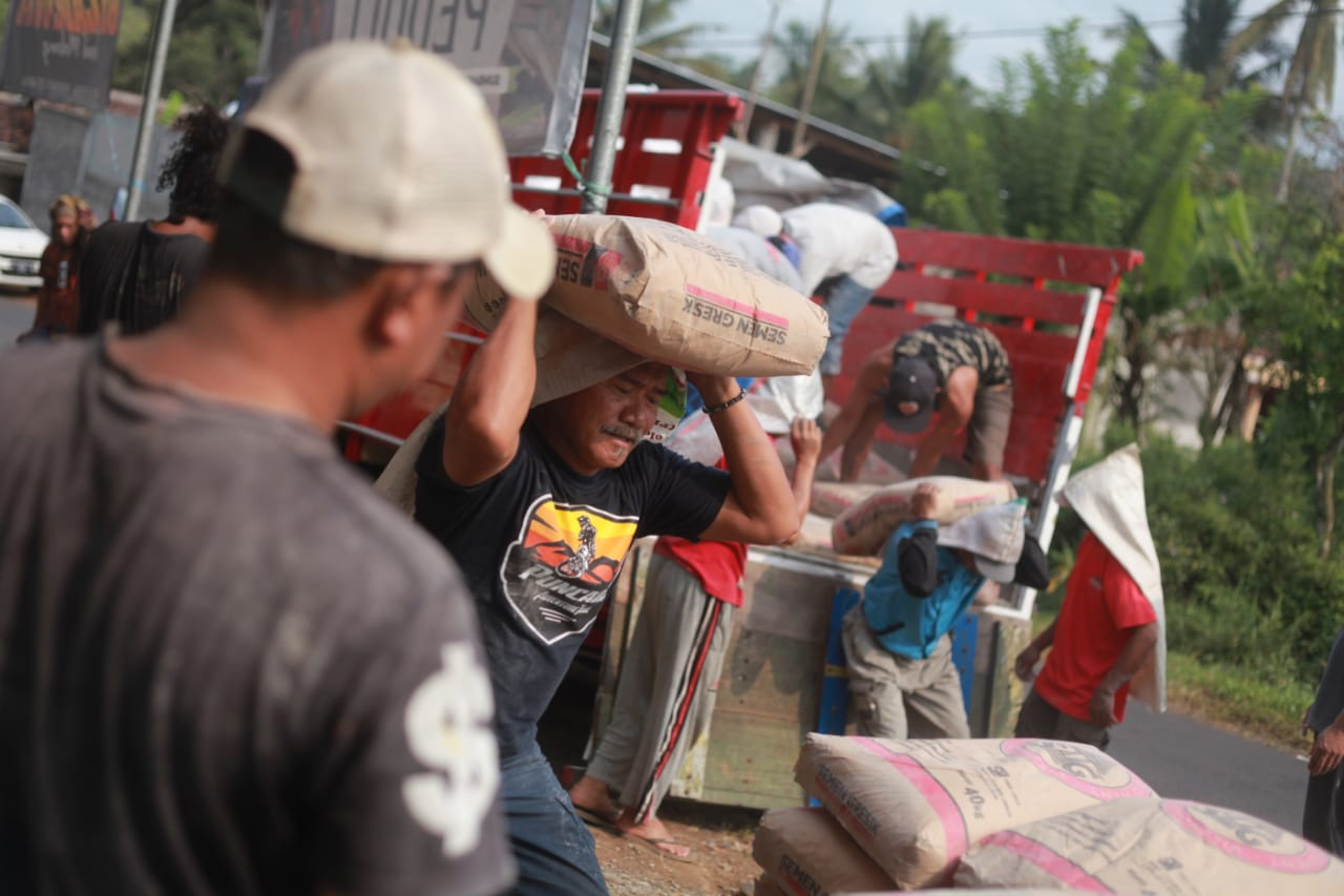 Bantuan peduli gempa Malang yang disalurkan Tugu Media Group. Foto: Ben.