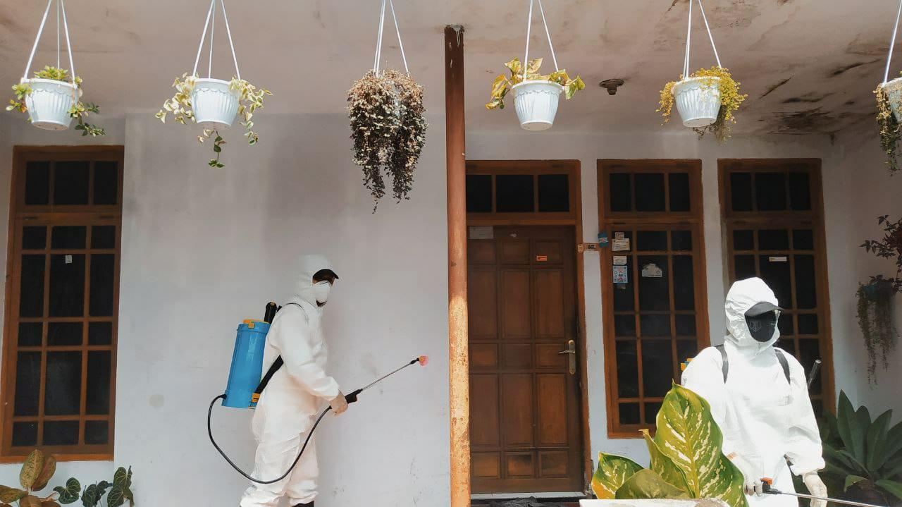 Proses sterilisasi di rumah-rumah wargs Jalan Lowokdoro Gang IV, Kelurahan Kebonsari, Sukun, Kota Malang, Senin (24/5/2021). Foto/Azmy.