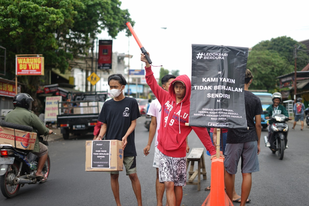 Pemuda Ledoksari menggalang donasi di jalan untuk korban laka mobil pickup di Poncokusumo (ist)