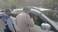 Foto 1: Petugas memeriksa syarat perjalanan dan meminta keterangan terkait keperluan perjalanan. Foto: Sholeh.