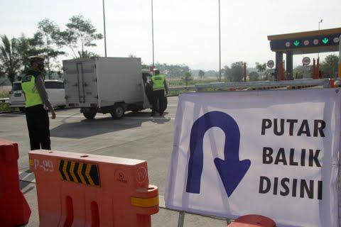 Aktivitas penyekatan di Pospam Pintu Exit Tol Madyopuro Kota Malang. Foto: Rubianto.