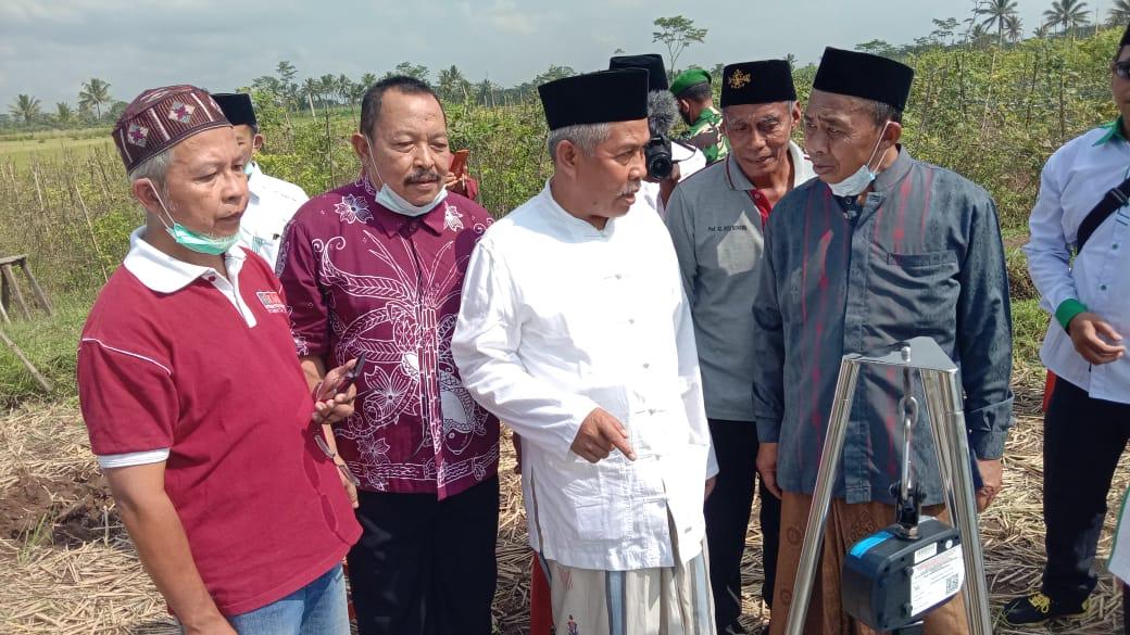Ketua PWNU Jatim, KH. Marzuki Mustamar saat mengunjungi hasil panen padi di Kecamatan Turen (PWNU Jatim)
