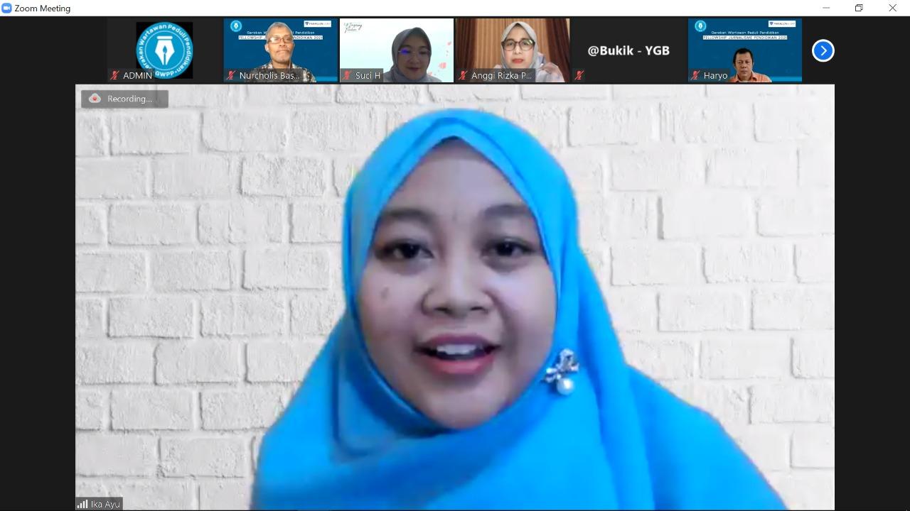 Ika Ayu Pratiwi saat membagikan pengalamannya mengembangkan media pembelajaran.