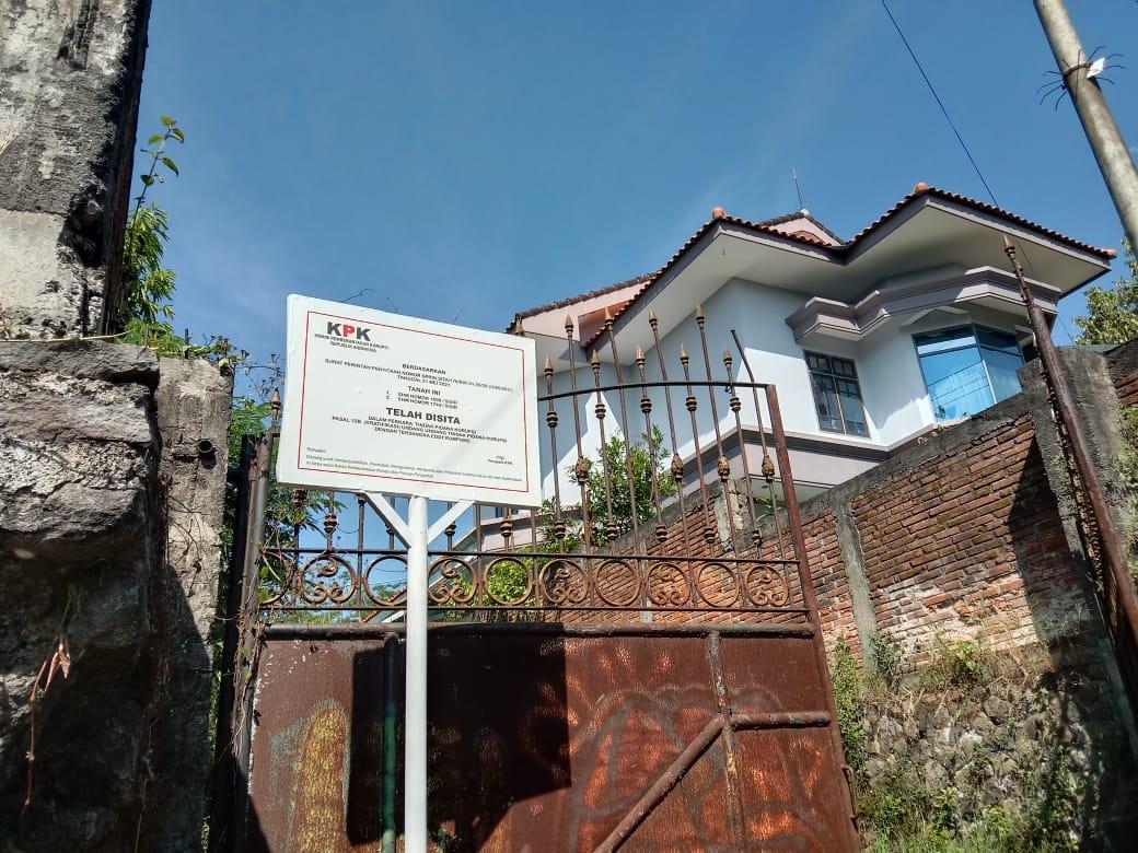 Papan penyitaan lahan yang dipasang KPK di Jalan Sultan Agung, Kota Batu. Foto: Sholeh.