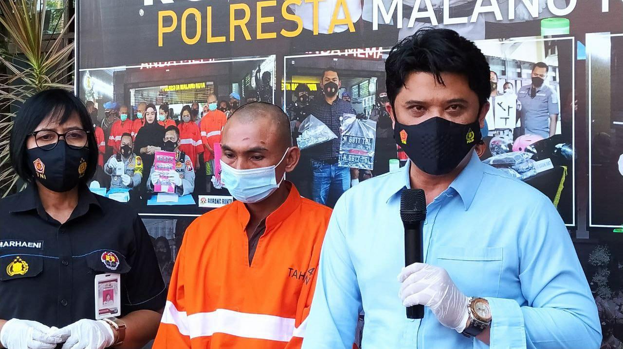 Sudi Hartono (39), tega menusuk mantan istrinya gara-gara rebutan hak asuh anak kini digunduli dan ditangkap polisi. Foto/Azmy.